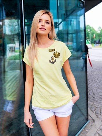 T-shirt damski żółty z naszywkami w stylu marynarskim