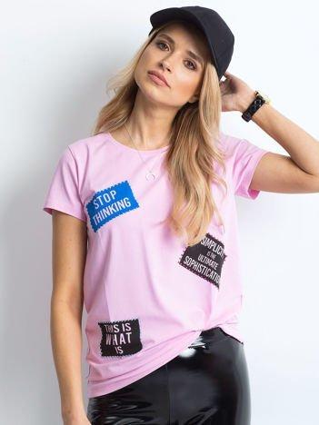 T-shirt fioletowy z nadrukiem naszywek