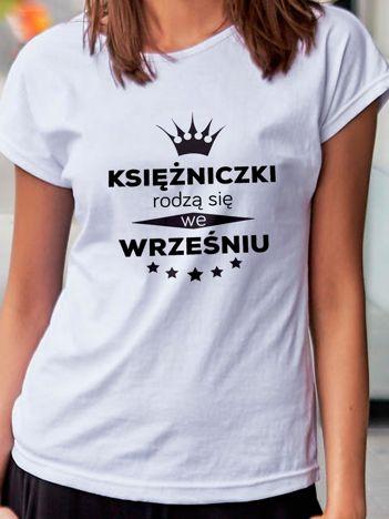 T-shirt z nadrukiem KSIĘŻNICZKI RODZĄ SIĘ WE WRZEŚNIU biały