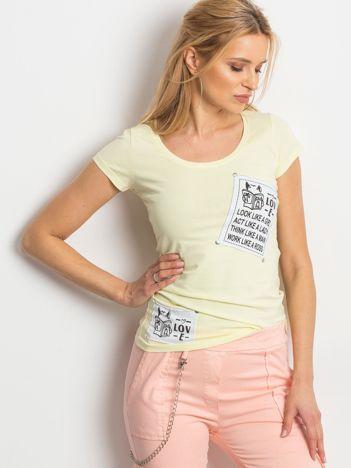T-shirt żółty z naszywkami