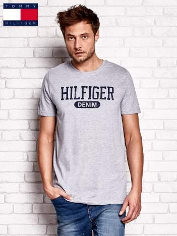 TOMMY HILFIGER Szary t-shirt męski z napisem HILFIGER DENIM