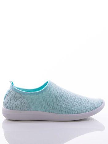 Turkusowe dzianinowe buty sportowe z błyszczącą nitką na bialej podeszwie
