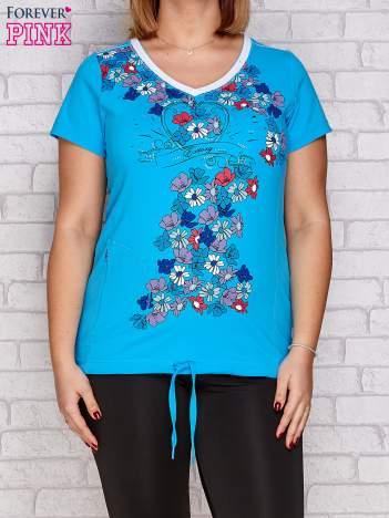Turkusowy t-shirt z kwiatowym nadrukiem PLUS SIZE