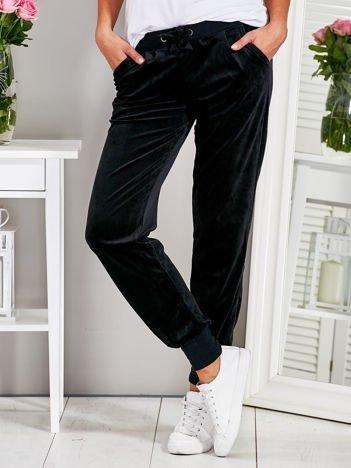 Welurowe spodnie dresowe z kieszeniami czarne