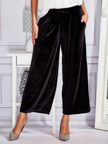 Welurowe spodnie flare z troczkami czarne