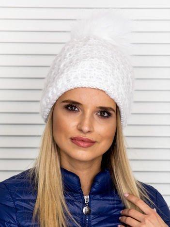 Włóczkowa czapka z pomponem i dodatkiem wełny biała