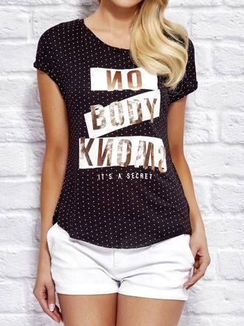 YUPS Czarny t-shirt w kropki z tekstowym nadrukiem
