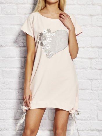 YUPS Jasnoróżowa sukienka dresowa z motywem serca
