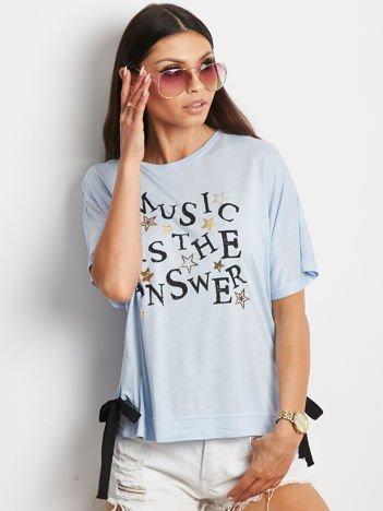 YUPS Niebieski t-shirt z delikatnym tekstowym nadrukiem i kokardkami