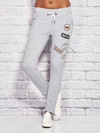 YUPS Szare spodnie dresowe z naszywkami