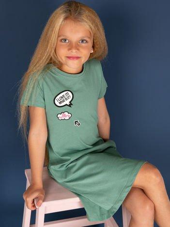 Zielona bawełniana sukienka dla dziewczynki z naszywkami