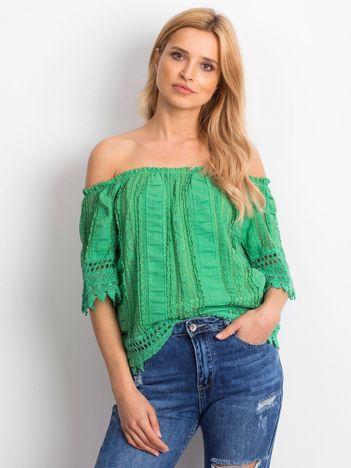Zielona bluzka hiszpanka z koronkowym wykończeniem