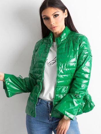 Zielona kurtka z szerokimi rękawami