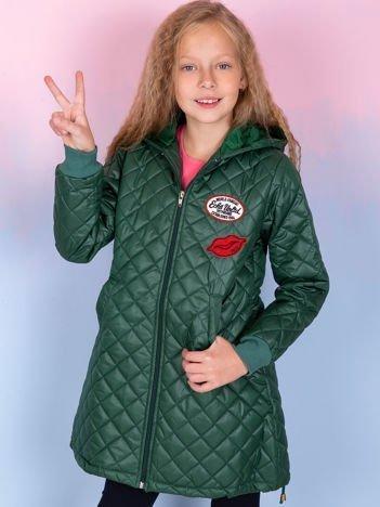 Zielona pikowana kurtka dla dziewczynki z naszywkami