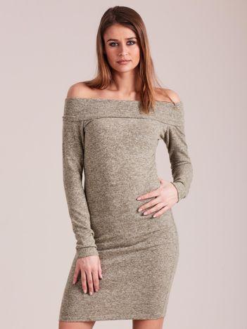 Zielona sukienka odsłaniająca ramiona