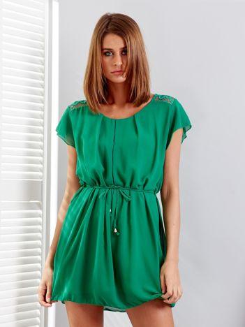 Zielona sukienka z troczkami i koronkową wstawką