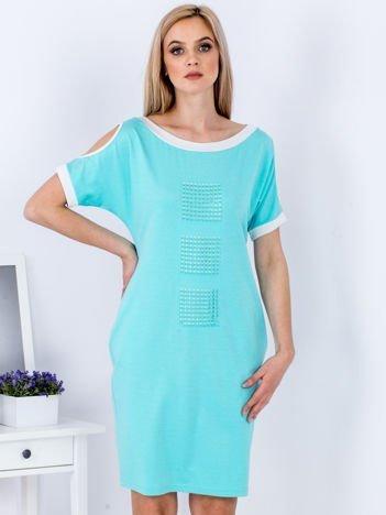 Zielona sukienka z wycięciami na rękawach