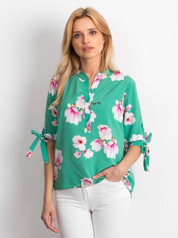 Zielona zwiewna bluzka w kwiaty z wiązaniami