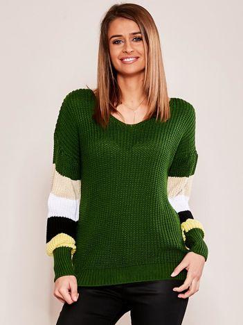 Zielony sweter z rękawami w paski