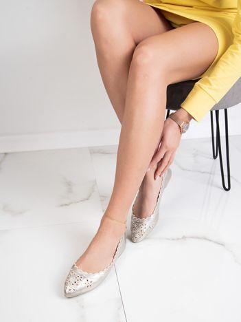 Złote baleriny z noskiem w szpic i ażurowym haftem