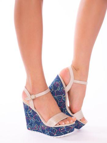 Złote sandały na koturnach z kolorowymi haftami w kształcie kwiatów