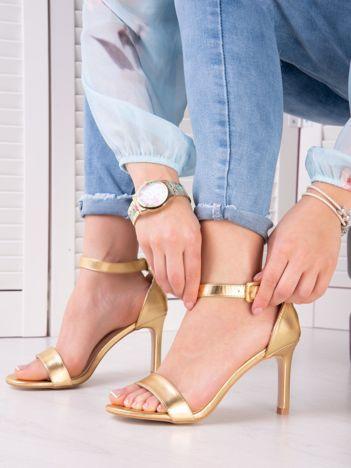 Złote sandały na szpilkach z kwadratową sprzączką