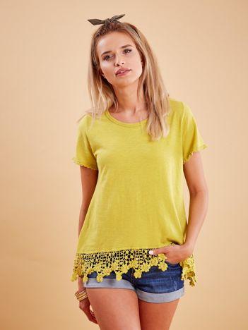 Żółta bluzka z koronkowym wykończeniem