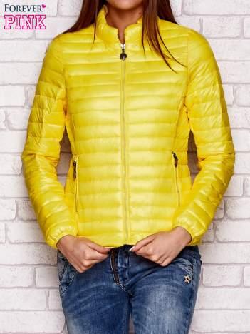 Żółta kurtka przejściowa pikowana