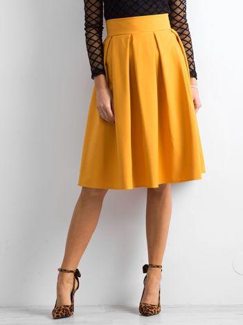 Żółta spódnica midi z kontrafałdami
