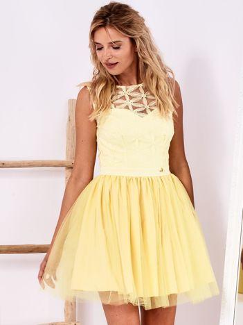 Żółta sukienka z ozdobną górą