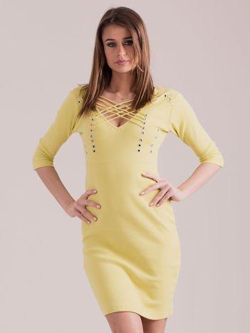 Żółta sznurowana sukienka w prążek