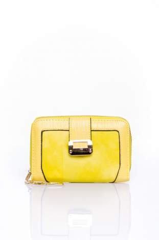 Żółty portfel z ozdobną złotą klamrą