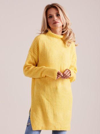 Żółty prążkowany sweter z golfem