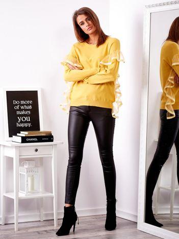 Żółty sweter z falbankami