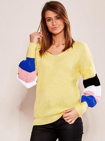 Żółty sweter z rękawami w paski
