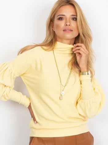 Żółty sweter z szerokimi rękawami
