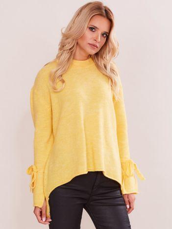 Żółty sweter z wiązaniem na rękawach