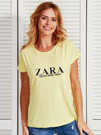 Żółty t-shirt z napisem ZARA SZLAG MNIE TRAFI