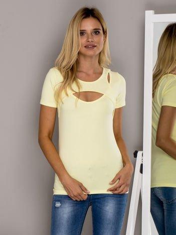 Żółty t-shirt z ozdobnym dekoltem