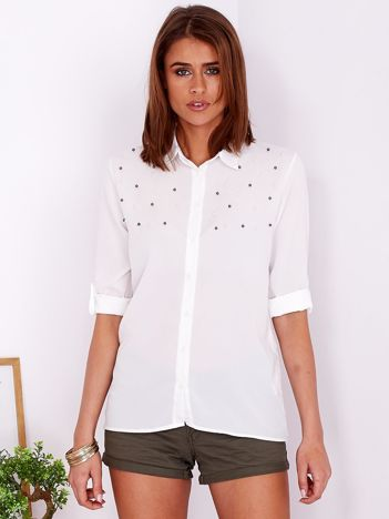 Zwiewna biała koszula z perełkami na dekolcie