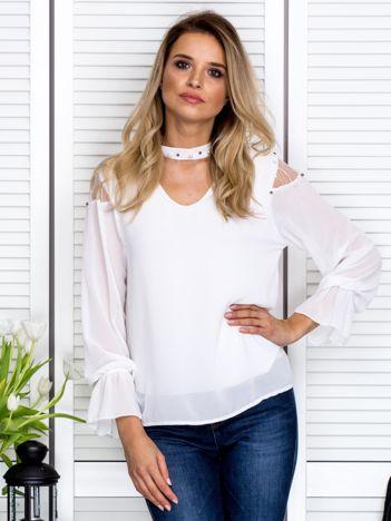 Zwiewna bluzka z chokerem i perełkami biała