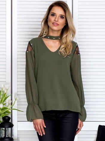 Zwiewna bluzka z chokerem i perełkami khaki