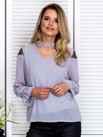 Zwiewna bluzka z chokerem i perełkami szara