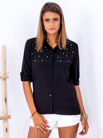 Zwiewna czarna koszula z perełkami na dekolcie