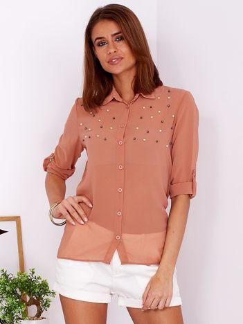 Zwiewna jasnobrązowa koszula z perełkami na dekolcie
