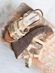 Beżowe sandały na korkowych koturanach Monnari z tygrysim wzorem na paskach