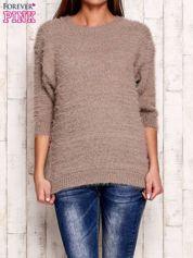 Beżowy sweter fluffy z metaliczną nicią