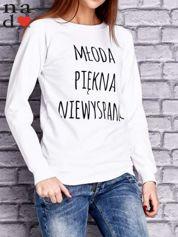 Biała bluza z napisem MŁODA PIĘKNA NIEWYSPANA