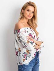 Biała bluzka odsłaniająca ramiona w kwiatowe wzory