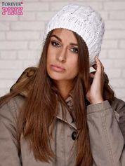 Biała czapka z metaliczną nicią